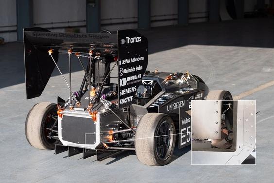 Zelf ontwikkelde e-motoren van 29 kW en 46 Nm zorgen voor de aandrijving, net als de aan de achterzijde geplaatste, extreem lichte omvormer (pijl)